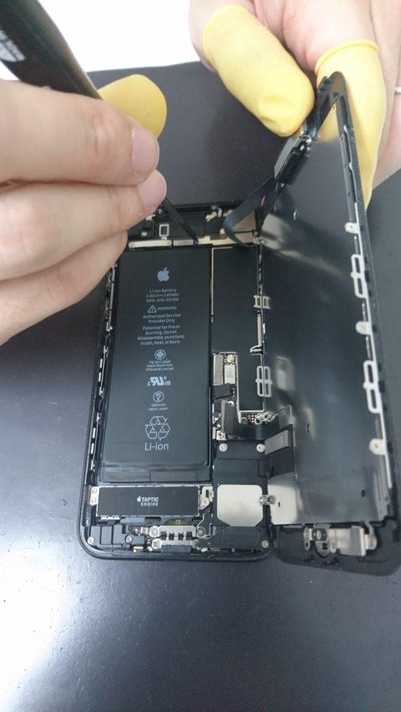 分解中のiPhone7